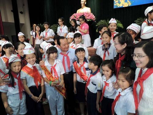 ผู้บริหารนครโฮจิมินห์พบปะกับเด็กๆในโอกาสปีใหม่ - ảnh 1