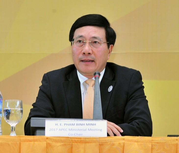 รองนายกรัฐมนตรีและรัฐมนตรีว่าการกระทรวงการต่างประเทศเวียดนามแจ้งผลการประชุมผู้นำเอเปก 2017 - ảnh 1