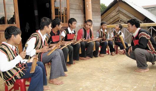 ฆ้องไผ่ เครื่องดนตรีที่เป็นเอกลักษณ์โดดเด่นของชนเผ่าเอเด - ảnh 2