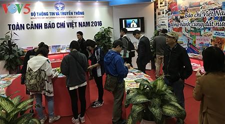 Sinh viên báo chí hào hứng với gian trưng bày VOV tại Hội báo Toàn quốc 2017 - ảnh 1