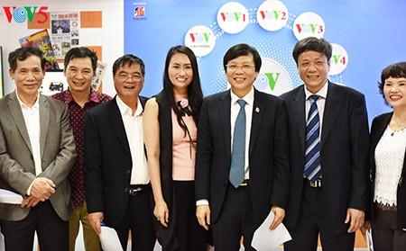 Sinh viên báo chí hào hứng với gian trưng bày VOV tại Hội báo Toàn quốc 2017 - ảnh 6