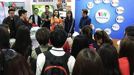 Sinh viên báo chí hào hứng với gian trưng bày VOV tại Hội báo Toàn quốc 2017 - ảnh 3