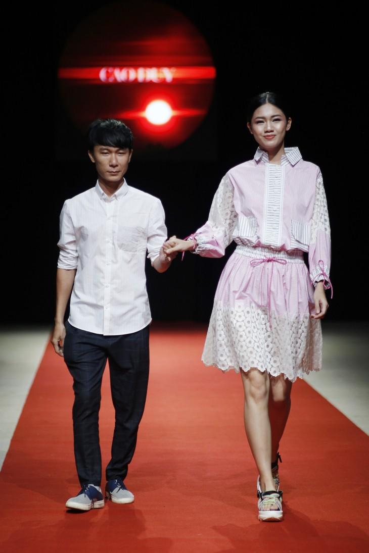 Quán quân Kim Dung, Á hậu Thanh Tú thay nhau làm vedette tại Tuần lễ thời trang Xuân Hè - ảnh 10