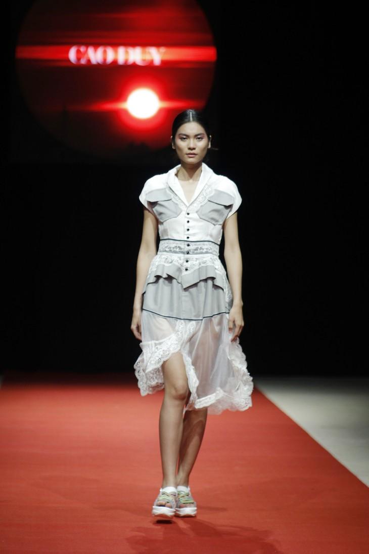 Quán quân Kim Dung, Á hậu Thanh Tú thay nhau làm vedette tại Tuần lễ thời trang Xuân Hè - ảnh 1