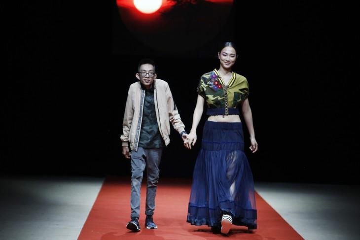 Quán quân Kim Dung, Á hậu Thanh Tú thay nhau làm vedette tại Tuần lễ thời trang Xuân Hè - ảnh 5