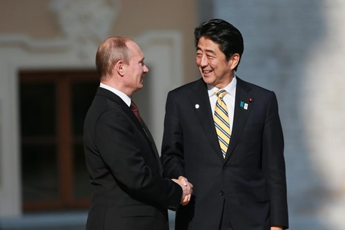 Владимир Путин провёл телефонный разговор с Синдзо Абэ  - ảnh 1