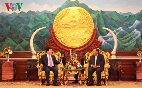 Вице-премьер Чинь Динь Зунг находится в Лаосе с визитом - ảnh 1