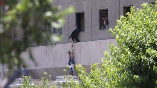 Много людей пострадало и погибло в результате терактов в Иране  - ảnh 1
