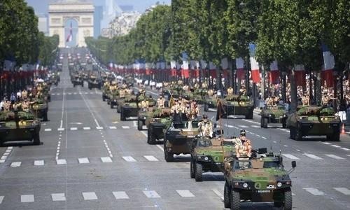 Во Франции прошёл военный парад в честь Дня взятия Бастилии - ảnh 1