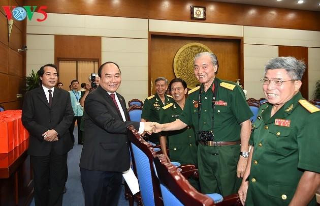Премьер Вьетнама встретился с членами Общества «Хребет Чыонгшон – Дорога Хо Ши Мина» - ảnh 1