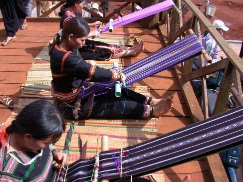 Представители народности Бана восстанавливают ремесло по изготовлению домотканых изделий - ảnh 1