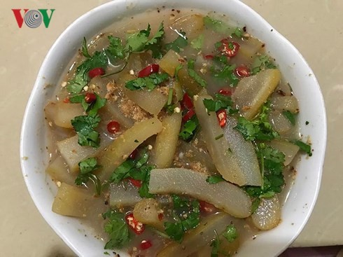 Маринованная кожа буйвола с овощами – деликатес народности Тхай в провинции Шонла  - ảnh 1
