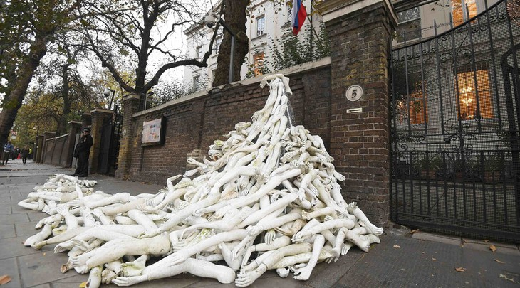 Russia-UK relations escalate following mannequin protest in London - ảnh 1