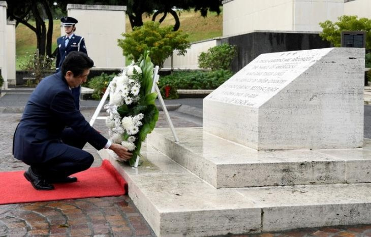 Japan's Abe pays respects at Hawaii memorials on eve of Pearl Harbor trip - ảnh 1