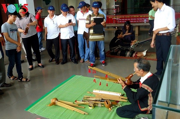 Dak Lak museum provides hand-on experiments with traditional handicraft - ảnh 1