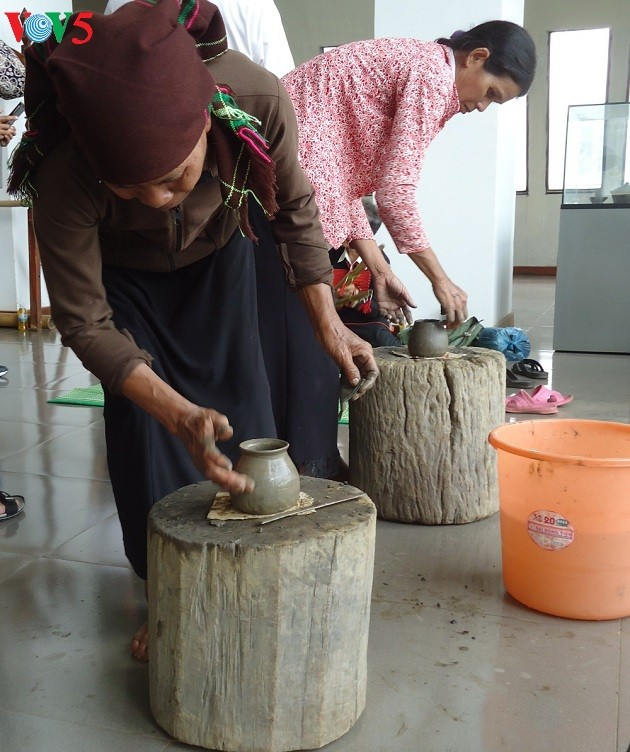 Dak Lak museum provides hand-on experiments with traditional handicraft - ảnh 2