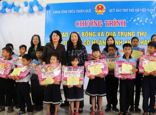 Vice President presents gifts to needy children in Thua Thien-Hue - ảnh 1