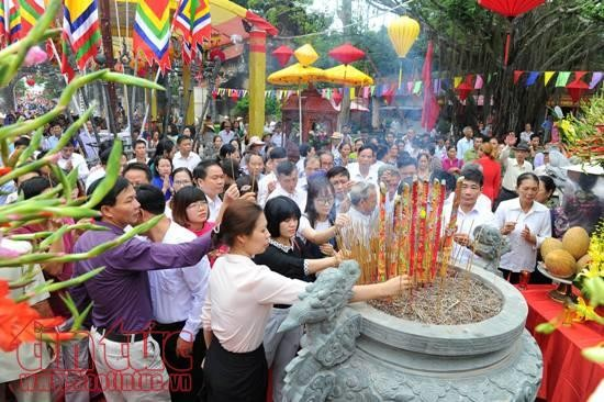 Tens of thousands pray for peace at Con Son-Kiep Bac Autumn Festival 2017 - ảnh 1