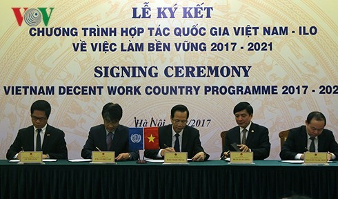 Vietnam, ILO sign cooperation pact on decent work - ảnh 1