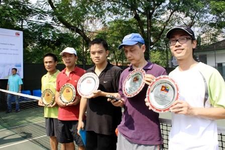 Torneo de tenis aficionado en Hanoi dedicado a Hugo Chávez - ảnh 1