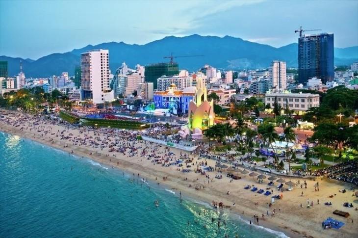 Exposición de cerámica y brocado de la etnia Cham en el Festival del Mar de Nha Trang-Khanh Hoa 2017 - ảnh 1