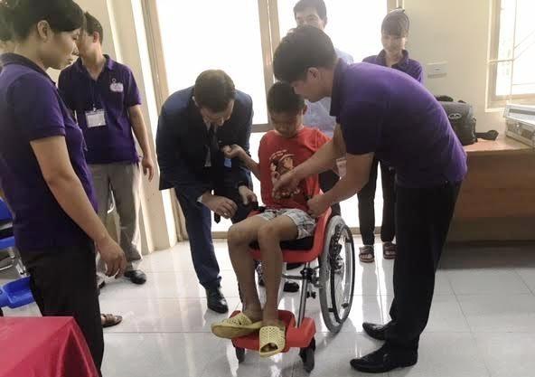 Sillas de ruedas de Israel dan esperanza a niños discapacitados en Vietnam - ảnh 1