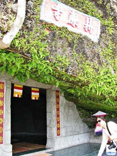 Visitan la pagoda de Hang en la isla de Ly Son - ảnh 2