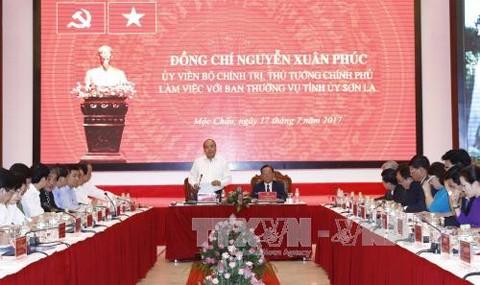 Primer ministro de Vietnam trabaja con dirigentes clave de Son La sobre el desarrollo socioeconómico - ảnh 1