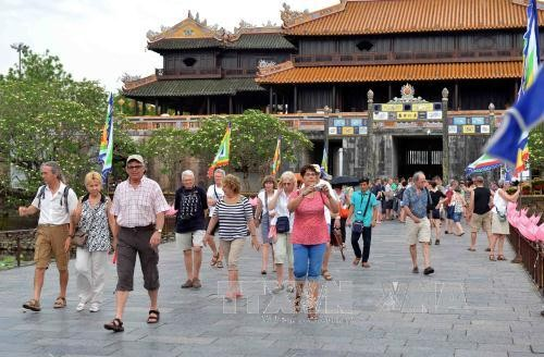 La llegada de turistas extranjeros a Vietnam alcanza 8,4 millones en lo que va del año - ảnh 1