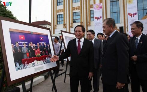 Exposición en Vientián exalta las relaciones entre Vietnam y Laos  - ảnh 1