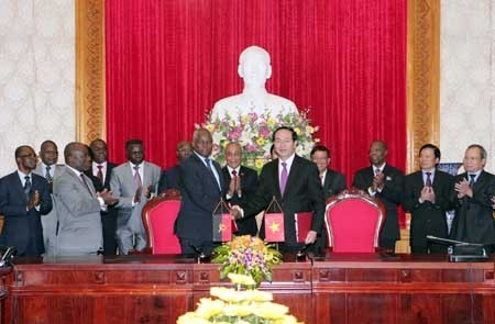 Staatspräsident Truong Tan Sang empfängt angolanischen Innenminister - ảnh 1