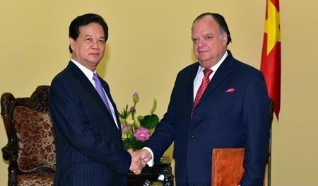 Premierminister Nguyen Tan Dung empfängt peruanischen Botschafter Carlos Berninzon - ảnh 1