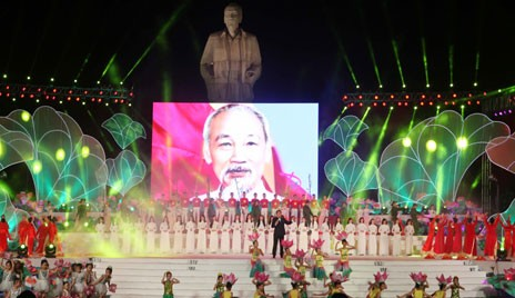 Parlamentspräsident Nguyen Sinh Hung zu Gast beim Fest des Lotusdorfes 2015 - ảnh 1