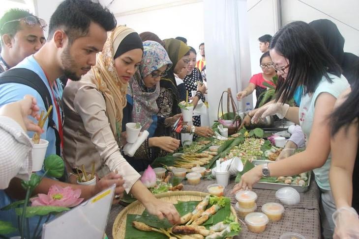 Vietnam nimmt an dem Fest der ASEAN-Farben 2015 in Malaysia teil - ảnh 1