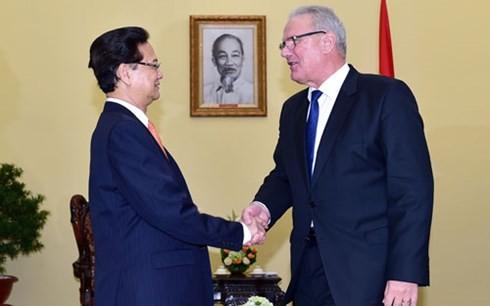 Premierminister Nguyen Tan Dung trifft EU-Entwicklungskommissar - ảnh 1