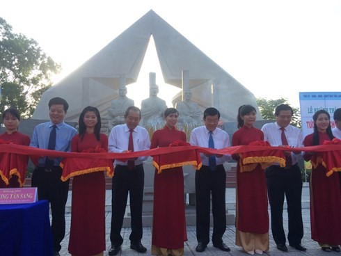 Staatspräsident Truong Tan Sang zu Gast beim 75. Jahrestag des Aufstands des Südens in Long An - ảnh 1