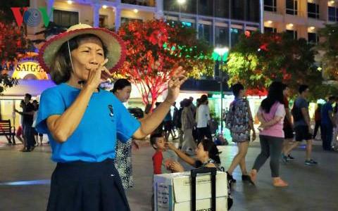 Die singenden Finger in Nguyen Hue Straße - ảnh 1