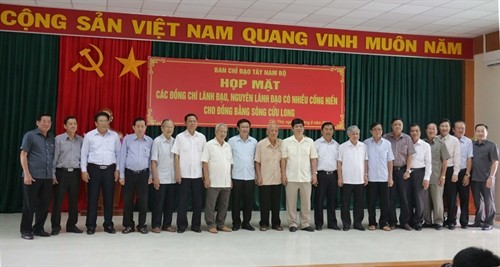 Treffen mit Leitern und ehemaligen Leitern der Provinzen im Mekong-Delta - ảnh 1