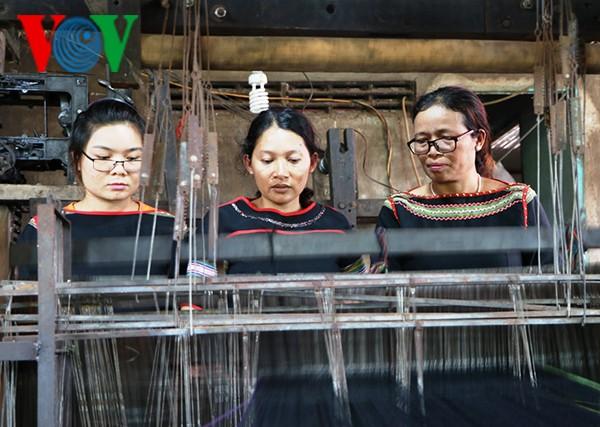 H'Yam Bkrong, die das traditionelle Weben der Ede aufbewahrt - ảnh 1