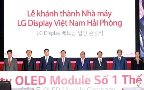 ທ່ານນາຍົກລັດຖະມົນຕີຫງວຽນຊວນຟຸກເຂົ້າຮ່ວມພິທີເປີດສະຫຼອງໂຮງງານ LG Displays ຢູ່ນະຄອນຫາຍຟ່ອງ - ảnh 1