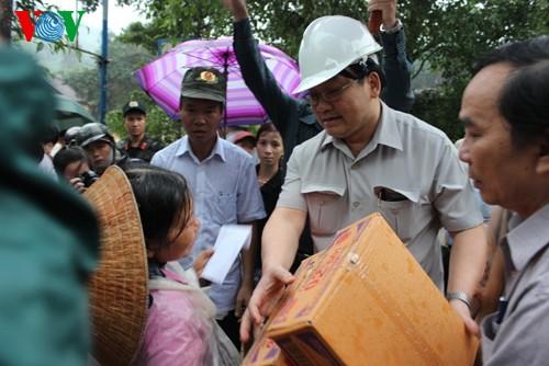 Aufräumarbeit nach Überflutungen in Zentralvietnam - ảnh 1