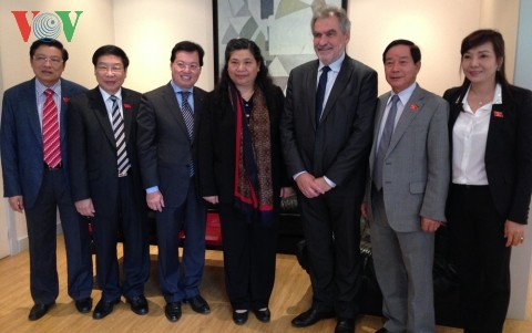 Vizeparlamentspräsidentin Tong Thi Phong besucht die französische Provinz Val-de-Marne - ảnh 1