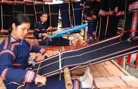 Verbesserung der Lebensbedingungen für Frauen aus ethnischen Minderheiten durch Webarbeit - ảnh 1