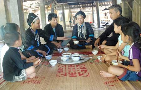 Verbindung von Familientätigkeiten und Gemeinschaftsleben der Nung - ảnh 1