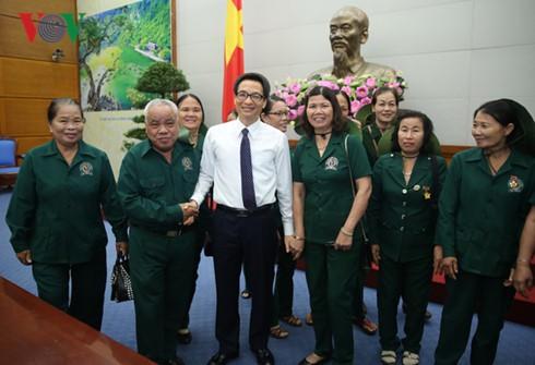Vizepremierminister Vu Duc Dam empfängt Delegation der ehemaligen jungen Freiwilligen aus Quang Nam - ảnh 1