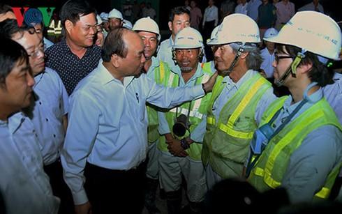 Premierminister Nguyen Xuan Phuc besucht Tunnelbau Deo Ca - ảnh 1