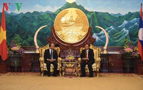 Premierminister Nguyen Xuan Phuc trifft Spitzenpolitiker aus Laos - ảnh 1