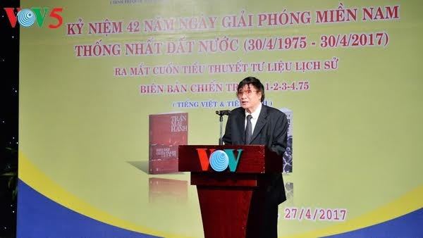 """Journalist Tran Mai Hanh mit seinem Buch """"Kriegserzählung 1-2-3-4.75"""" - ảnh 1"""