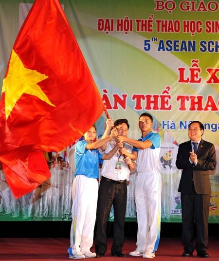 เวียดนามปล่อยแถวขบวนเพื่อเข้าร่วมการแข่งขันกีฬานักเรียนอาเซียน 2013 - ảnh 1