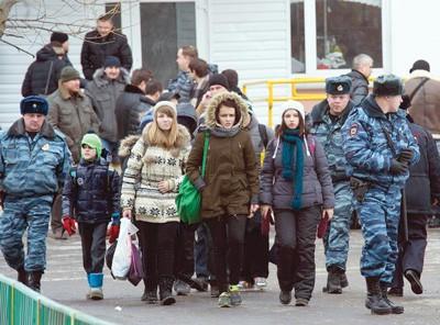 ตำรวจรัสเซียช่วยชีวิตตัวประกันกว่า 20 คนในโรงเรียนแห่งหนึ่งในกรุงมอสโคว์ - ảnh 1